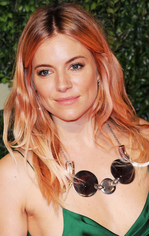 Sienna-Miller-blond-mane-looked-have-hints-pink-hair-color-while-her-makeup-soft-natural