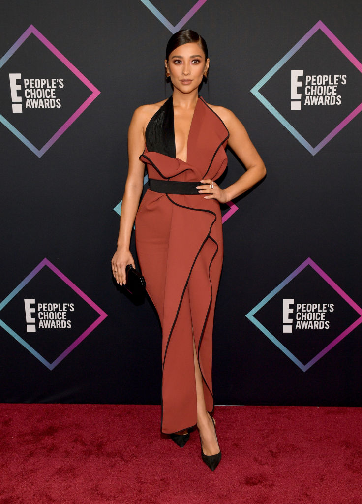 SANTA MONICA, CA - NOVEMBER 11:  Shay Mitchell attends the People's Choice Awards 2018 at Barker Hangar on November 11, 2018 in Santa Monica, California.  (Photo by Matt Winkelmeyer/Getty Images)