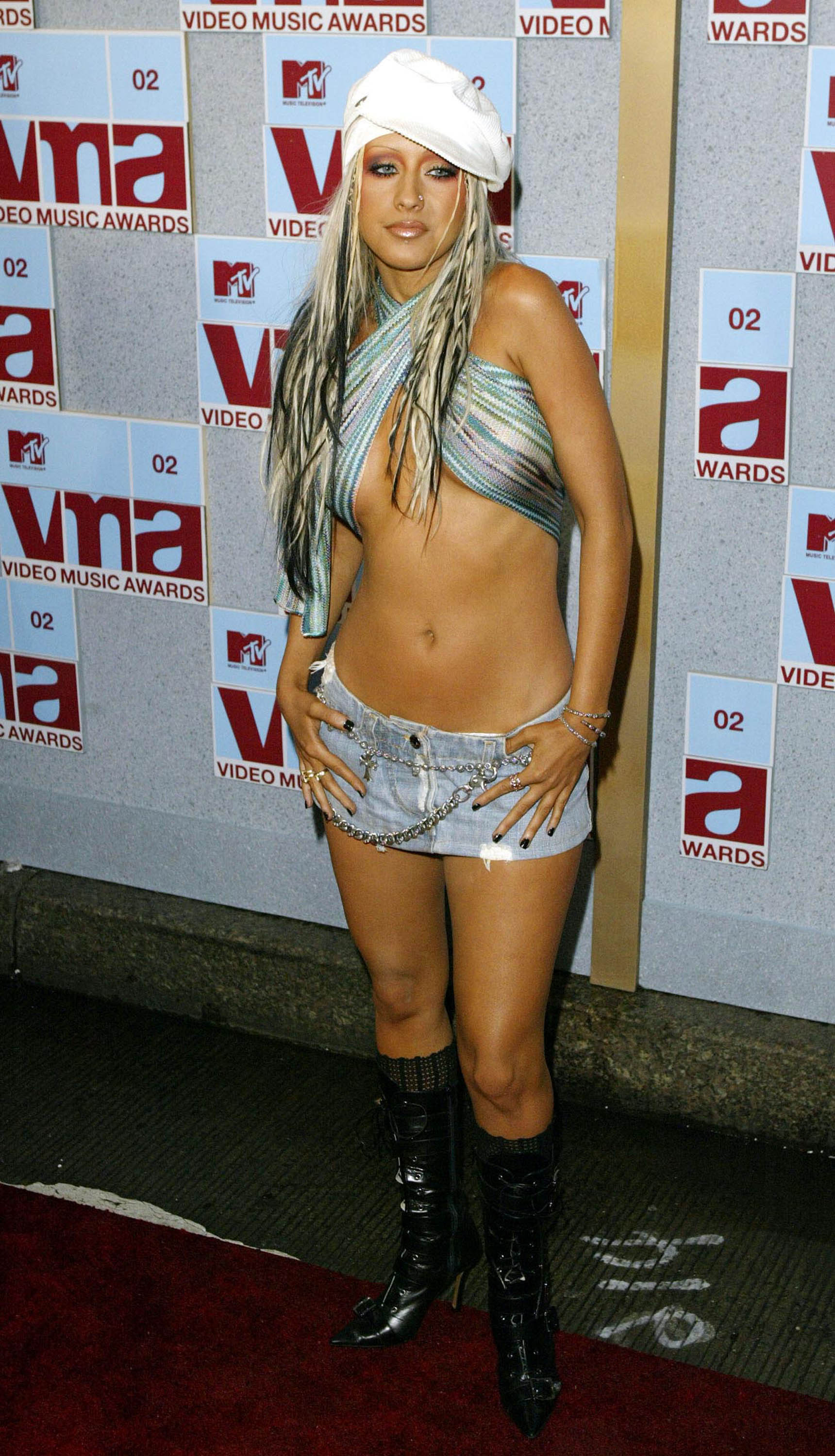 NEW YORK - AUGUST 29: American pop star Christina Aguilera arrives at the MTV Music Video Awards held at the Radio City Music Hall on August 29, 2002 in New York. (Photo by Dave Hogan/Getty Images)
